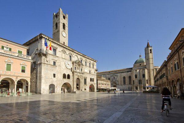 Centro-storico-di-Ascoli-Piceno-piazza-centrale
