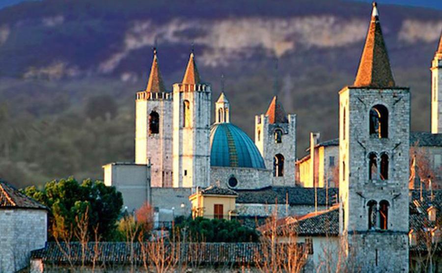 Panoramica-della-città-di-Ascoli-Piceno-con-i-suoi-campanili