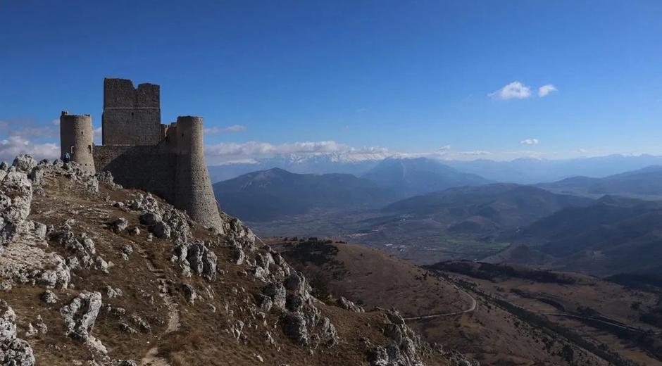 castello-di-Rocca-Calascio-aquila-abruzzo-lady