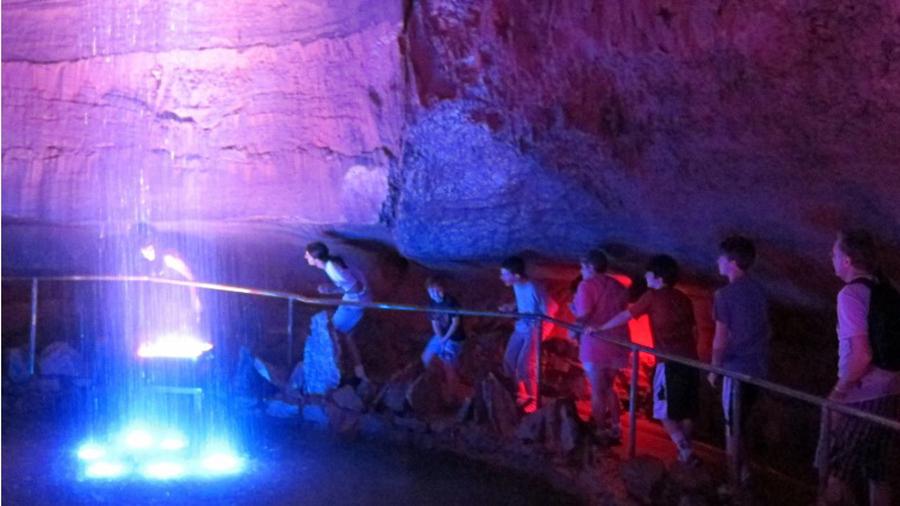 L'arrivo dei visitatori ai piedi della cascata dopo una camminata di oltre un chilometro